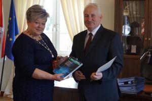 Przekazanie podręcznika Marszałkowi Województwa Warmińsko - Mazurskiego